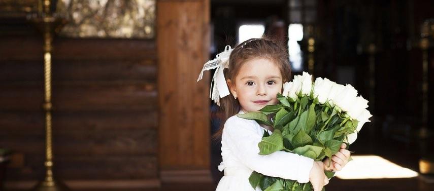バラの花束を持つ子供