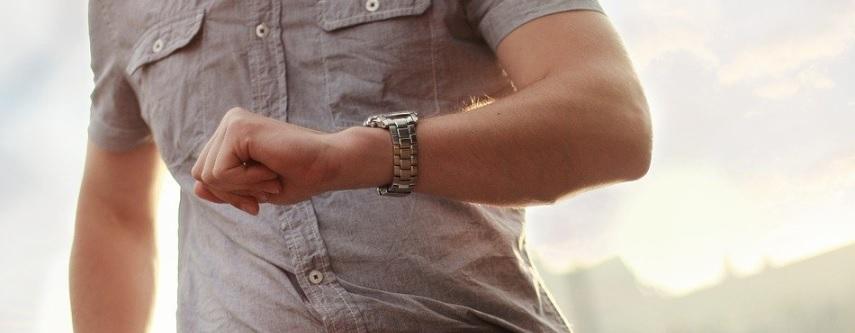 腕時計を見る男性の写真