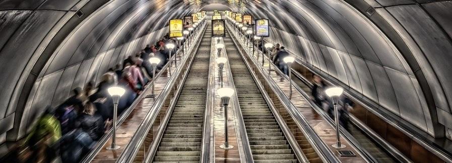 サンクトペテルブルクの地下鉄のエスカレーター